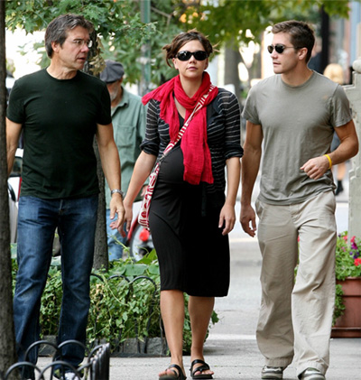 Jack & Maggie Gyllenhaal walk with their father in Martha's Vinyard